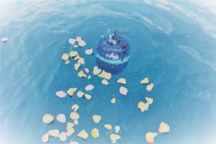Les fleurs peuvent accompagner la cérémonie, précise Yves ALphé